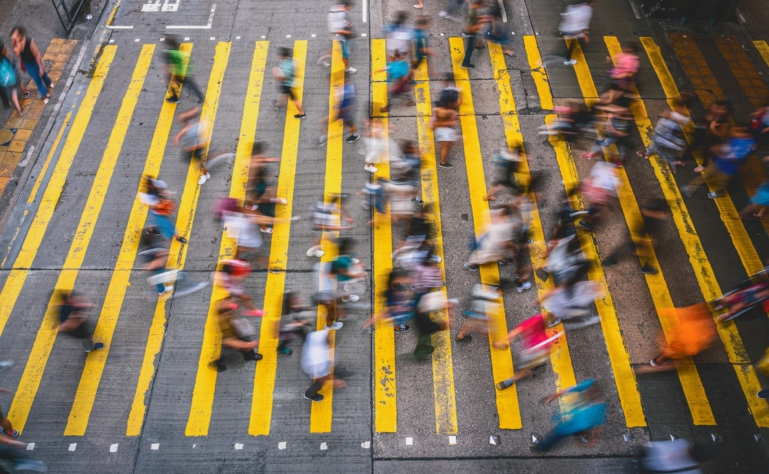ludzie przechodzący po aktywnym przejściu dla pieszych